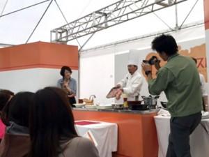 料理のデモの様子